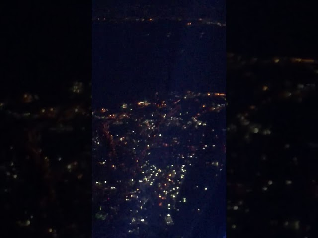 飛行機の窓から見下ろした知らない街の夜景みたいだ