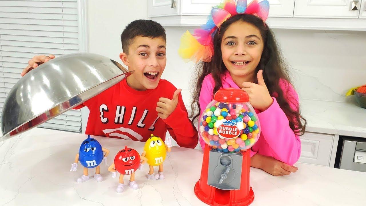 العب مع ألعاب آلة غامبول الملونة للأطفال | Heidi و Zidane