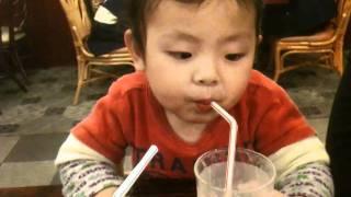 初めて「炭酸」を飲んだ子供のリアクションがかわい過ぎ
