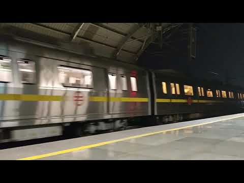 Delhi Metro Yellow line: Departing Qutub Minar!