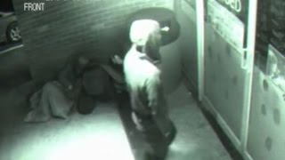 بالفيديو: رجل غامض يخترق الأبواب المغلقة كالأشباح