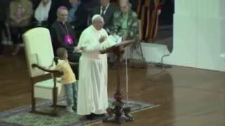 Bambino si siede sulla sedia del Papa. Guardate come reagisce!