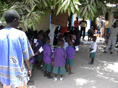 Pupils of Nursery School in Serekunda sing for Rallye Dresden-Banjul