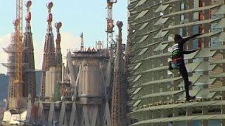 بالفيديو: الرجل العنكبوت الفرنسي يتسلق ناطحة سحاب في برشلونة دون معدات