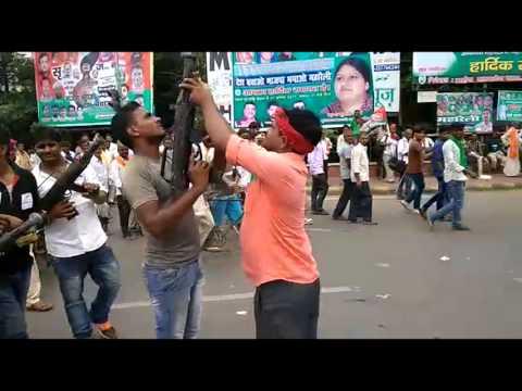 RJD रैली : गांधी मैदान में पहुंचने लगा लालू यादव समर्थकों का रैला, छोड़े जा रहे हैं पटाखे