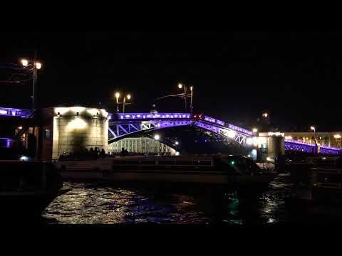 Разводка Дворцового моста в Санкт-Петербурге, 1 сентября 2018 г.