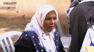 مسنون يتلقون دروسا لمحو الأمية في غزة