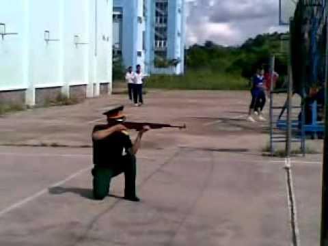 các tư thế đứng,quỳ,nằm bắn trong môn quân sự.mp4