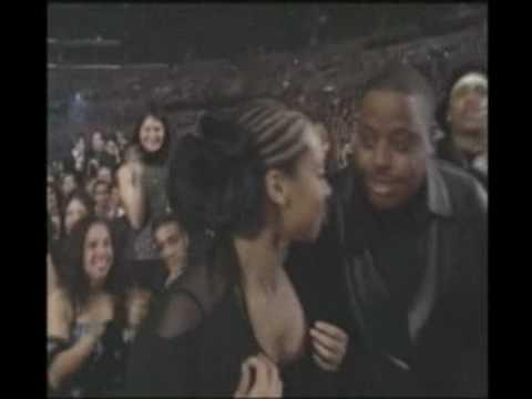 Gwen Stefani gives Alicia Keys Grammy Award in 2002