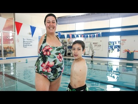 born-without-arms:-inspirational-mother-and-son-live-life-to-the-full