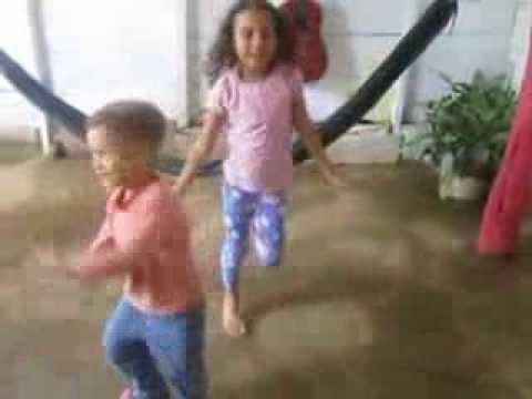 Niños cantan y bailan para su madre