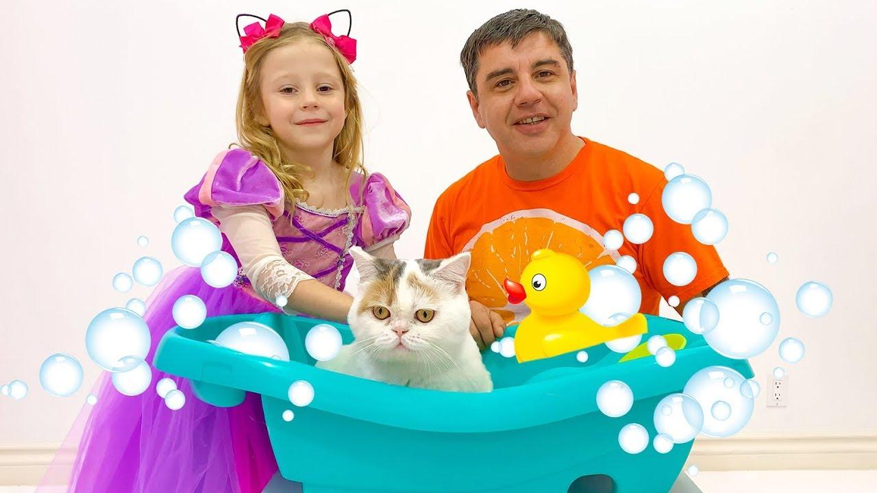 Настя и папа купают котёнка