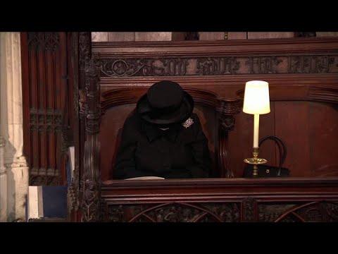 Funerali del principe Filippo: il dolore della regina Elisabetta seduta sola in chiesa