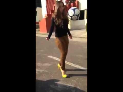 Chicas Jugando Futbol Con Tacones Youtube