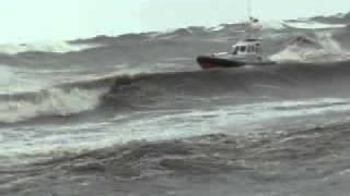 wypadek łodzi ratowniczej podczas sztormu na bałtyku