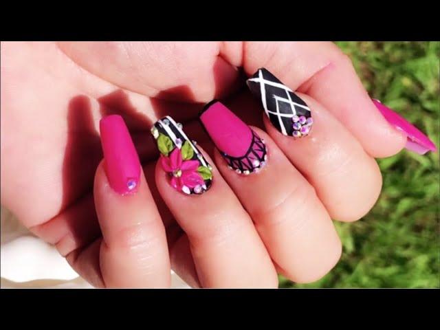Uñas acrílicas negras con rosa /decoradas con swarosvki y 3D