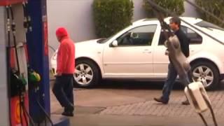 Tío Emilio encara a los estafadores de la bencinera | En su propia trampa | Temporada 2011