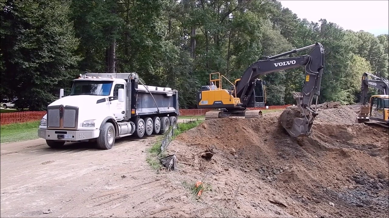 excavator-loading-out-trucks