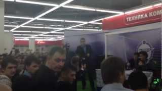 Появление Халка на автограф-сессии в М.Видео(Автограф-сессия Аксель Витселя и Халка в М.Видео в ТРК Галерея., 2012-11-24T06:14:58.000Z)
