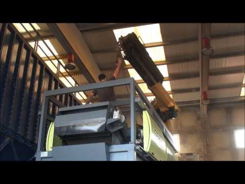 Godall, 20140801 Nova maquina netejadora d'olives ecologica al Moli d'oli
