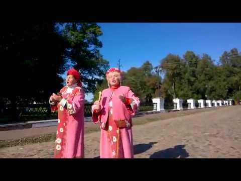 нас встречают перед входом в Угличский кремль, на мосту