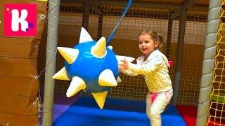 Шоппинг в новом магазине игрушек с детской игровой площадкой и горками
