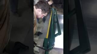 Ручной листогиб проходного типа гнет и режет металл до 1 мм и длиной 2600 мм с мин. полкой 15 мм