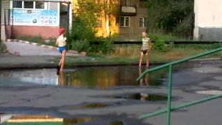 Пацаны бегают по луже. Кувандык, Оренбургская обл.