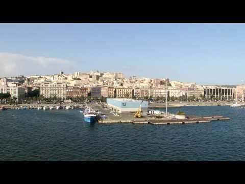 Porto di Cagliari e vista della città dalla nave, video HD