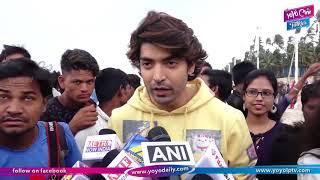 Cute Momemts With Gurmeet Choudary As He Promotes PALTAN At Juhu Beach With Kids | YOYO Cine Talkies