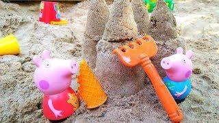 Свинка Пеппа и Джордж строят замок из песка