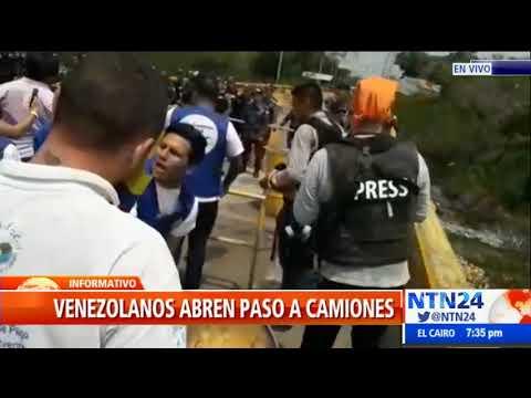 Venezolanos rompen barricadas para abrir paso a camiones con ayuda humanitaria