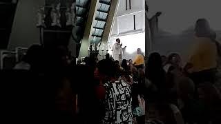 Padre Delmario cantando a Musica Boate Azul em sua homilia na missa