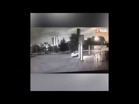 Опубликовано видео поджога кинотеатра Космос в Екатеринбурге