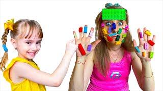 Настюша и мама играют в лего
