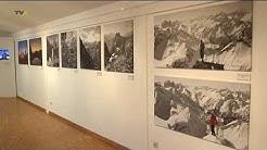Mit schwerem Gepäck hoch hinauf: Bergbilder aus vier Generationen im Bergbauernmuseum