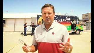 Bob Stoops helps host lunch for first responders, health care heroes