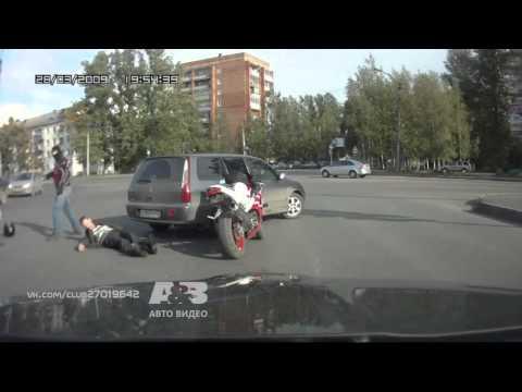 Драка на перекрестке  Мотоциклист против автомобилистов