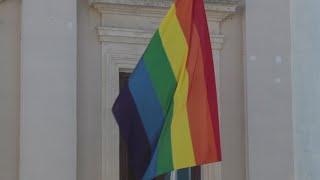 Ordenan al Ayuntamiento de Cádiz la retirada de su bandera LGTBI