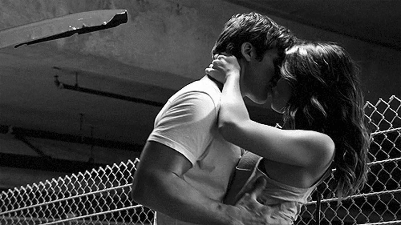 оригинальные поздравления поцелуй фото в движении шепчет микрофон любви