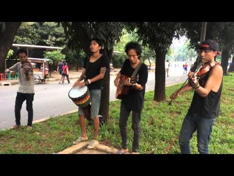 Biola instrumen by pengamen jalanan berkualitas cover lagu Mahadewi -Padi