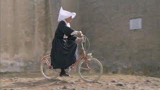 Луи де Фюнес на складном велосипеде