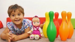 """Маша и Маша из мультика """"Маша и Медведь"""" играют в боулинг. Игры для детей. Видео с игрушками"""