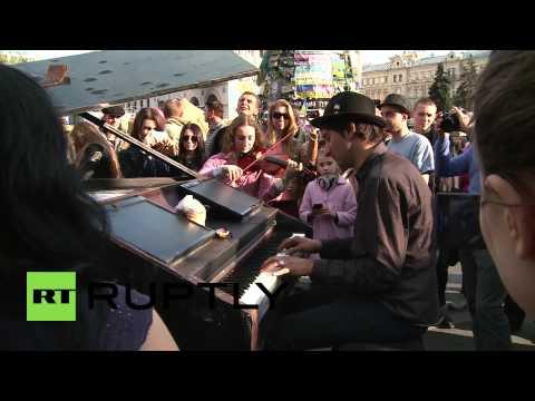 Ukraine: Pianist Martello serenades Maidan square