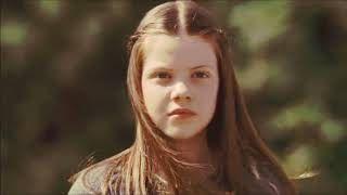 Lucy Pevensie and Robin De Noir (One Direction - What Makes You Beautiful)