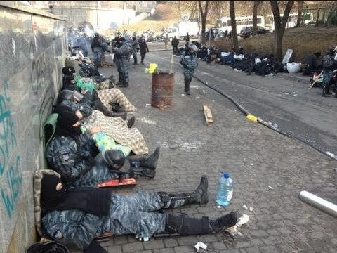Ukraine's riot police sleep on Kiev streets after worst clashes in 70 years - BBC News