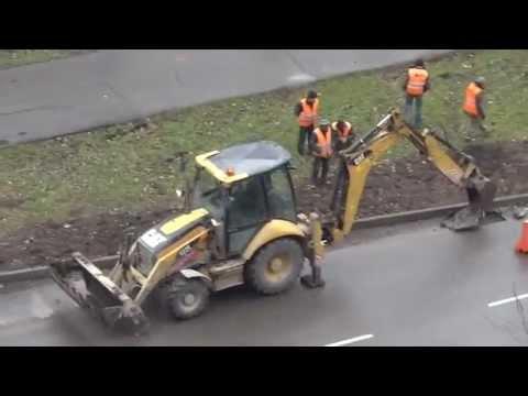 Мастерство оператора экскаватора Cat 422E по вскрытию дорожного полотна
