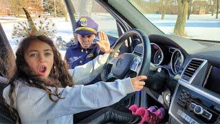 Heidi يقود الأطفال سيارة