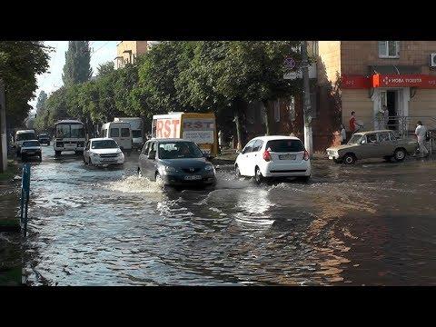 В Житомире после сильного дождя затопило перекресток По...