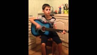 Мальчик 9 лет играет на гитаре